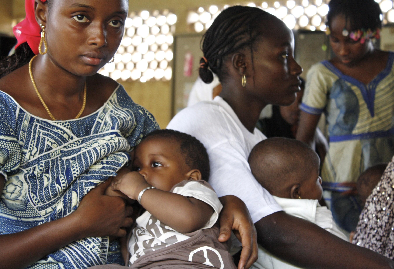 Mother breastfeeding her baby. © IRIN