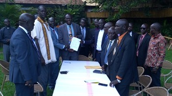 Representatives of the Yei government and the opposition group during the signing of the peace deal in Kampala on May 31, 2017. (Radio Tamazuj)